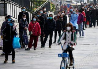 Orang-orang mengantri untuk memasuki supermarket di Wuhan, China, ketika kehidupan perlahan kembali normal di kota itu: (Foto: Reuters/Al Jazeera)