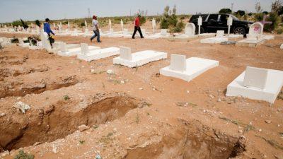 Penggali Kubur berjalan menuju mobil jenazah yang membawa mayat seorang wanita, yang meninggal karena penyakit virus corona (COVID-19), sebelum pemakamannya, di sebuah pemakaman di Ciudad Juarez, Meksiko 8 Mei 2020. (Foto: Reuters/Al Jazeera)