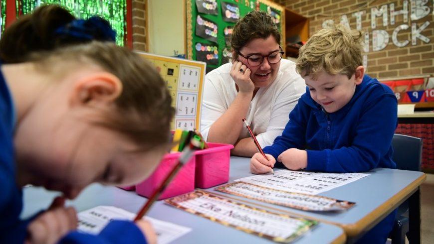 Anak-anak di seluruh New South Wales kembali ke ruang kelas mereka pada hari Senin (25/5) ketika pembatasan coromavirus dikurangi. (Foto: EPA/Al Jazeera)