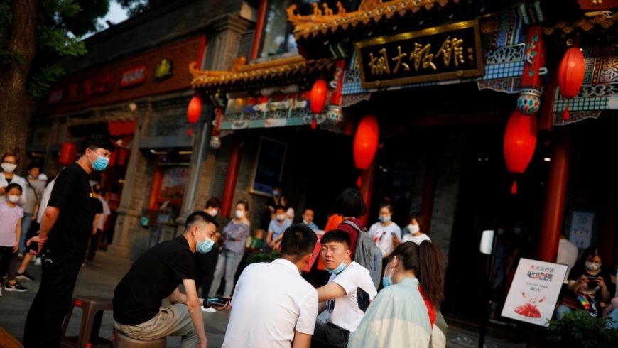 Orang-orang menunggu di luar sebuah restoran populer di Beijing, China, pada 29 Mei 2020, untuk medapatkan tempat duduk yang diatur terkait dengan wabah virus corona. (Foto: Reuters/ Al Jazeera)