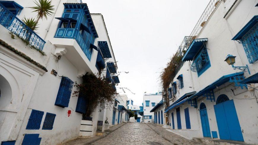 Sebuah jalan kosong di Tunisia Sidi Bou Said selama kuncian coronavirus. Tunisia mencatat nol kasus baru coronavirus pada hari Senin, atau untuk pertama kalinya sejak Maret. (Foto: Reuters/Al Jazeera)