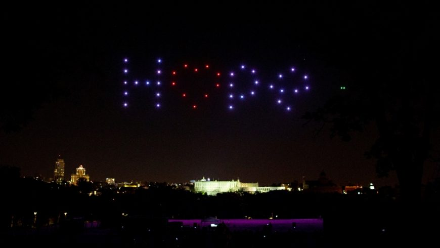 """Drone menampilkan kata-kata """"Harapan"""" untuk mengenang para korban COVID-19 dan menghormati petugas kesehatan, di Madrid, Spanyol. (Foto AP/Al Jazeera)"""