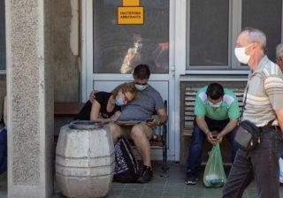 Orang-orang yang diduga memiliki COVID-19 menunggu di depan Rumah Sakit untuk Penyakit Menular dan Tropis, Pusat Klinis Serbia, di Beograd, pada hari Jumat, untuk jalani pemeriksaan. (Foto Reuters/Al Jazeera)