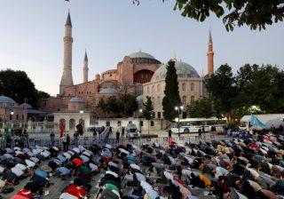 Umat Islam melakukan shalat malam di depan Hagia Sophia setelah keputusan pengadilan hari Jumat.(Foto Reuters/Al Jazeera)