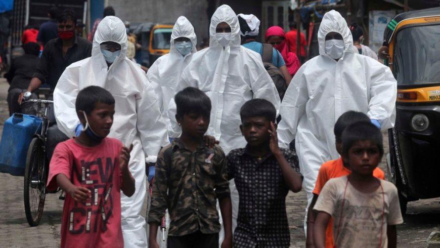 Petugas kesehatan datang untuk memeriksa orang-orang bergejala COVID-19 di perkampungan kumuh di Mumbai, India. (Foto AP/Al Jazeera)