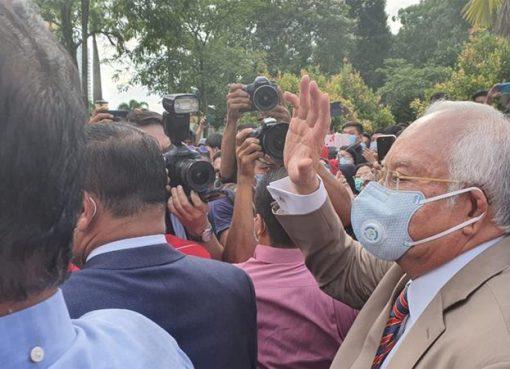 Mantan Perdana Menteri Malaysia Najib Razak tiba di pengadilan pada Selasa pagi. Seorang hakim mendapati dia bersalah atas ketujuh tuduhan. (Foto Al Jazeera)
