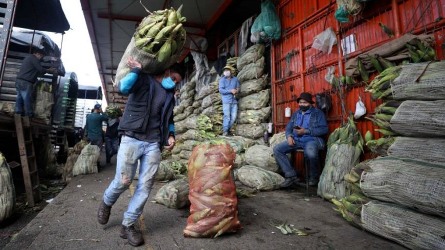 Kasus-kasus virus corona yang terkonfirmasi di Kolombia sekarang berjumlah 102.009. Pihak kementerian kesehatan setempat menyebutkan, 54.941 di antaranya aktif dan 3.470 orang telah meninggal. Gambar memperlihatan salah satu aktifitas masyarakat di sana.(Foto File AP/Al Jazeera)