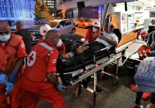 Petugas medis memindahkan orang yang terluka dari Rumah Sakit Najjar ke rumah sakit lain di daerah Hamra di Beirut.(Foto EPA/Al Jazeera)