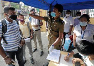 Pemungutan suara pada pemilihan parlemen di Sri Lanka untuk memilih Parlemen baru dilakukan dengan pengawasan atau pembatasan untuk mencegah virus corona. Para pemilih berduyun-duyun ke pusat pemungutan suara ketika Presiden Gotabaya Rajapaksa beusaha mendapatkan mandat baru untuk meningkatkan kekuasaannya.(Foto Reuters/Al Jazeera)
