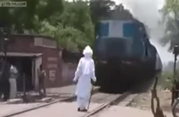 kakek berjubah putih menantang kereta api