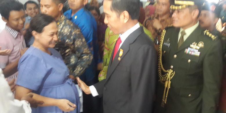 Jokowi mengelus perut Ibu Hamil