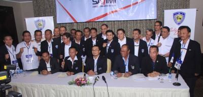 Sadikin Aksa bersama pengurus Pengprov IMI seusai memberikan keterangan pers Jumat tengah malam.