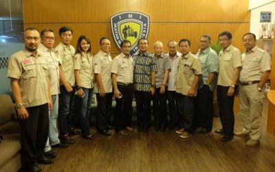 Pengurus PP IMI dan IOF1 berfoto bersama di kantor PP IMI. (ist)