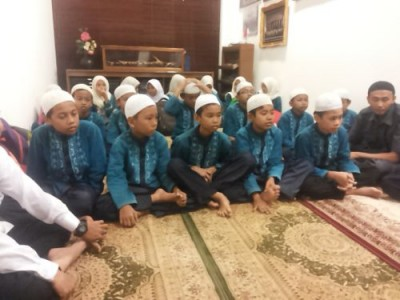 Para anak yatim membacakan Yasin dan berdoa pada acara HUT ke-110 tahun IMI di Sekretariat PP IMI di SCBD, Senin petang. (arl)