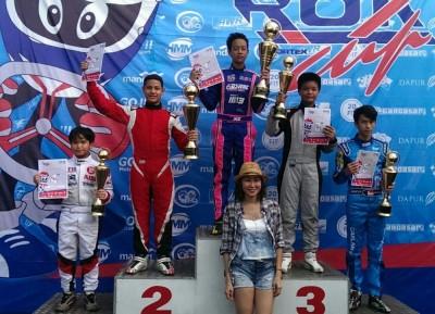 Para pemenang kategori Junior Rok GP bersama Menik Santoso dari TKM Racing.  (ist)