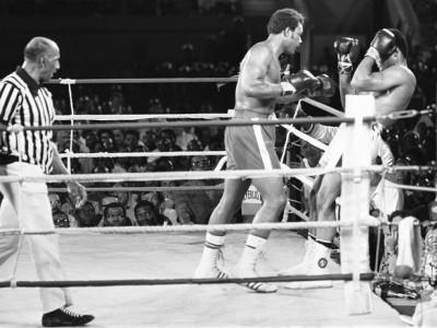 Ali dan Foreman dalam laga Rumble in the Jungle, 1974.  (getty/mirror)