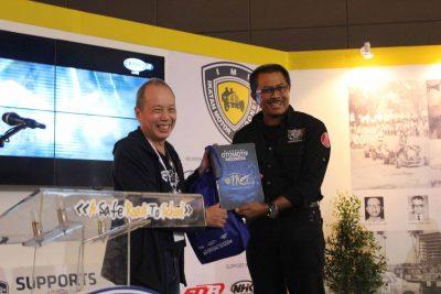 Sekjen PP IMI Jeffrey JP dan mantan KU PP IMI Nanan Soekarna di stan IMI di IIMS 2016 di Kemayoran Jakarta, Sabtu. (ist)