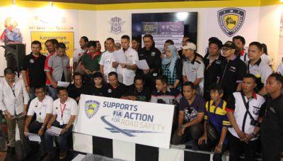 Pengurus PP IMI dan para tokoh klub otomotif se-Jakarta berfoto bersama di stan IMI di IIMS 2016 di Kemayoran Jakarta, Sabtu.  (ist)
