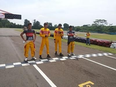 Pebalap tim Jagonya Ayam di Sirkuit Karting Sentul, Sabtu. (arl)