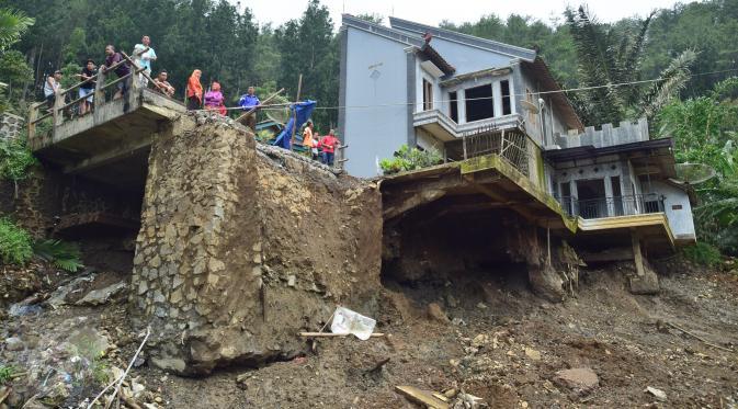 Jembatan dan rumah yang rusak parah akibat bencana longsor di Desa Clapar, Kecamatan Madukara, Banjarnegara, Jawa Tengah. (Foto: Liputan-6)