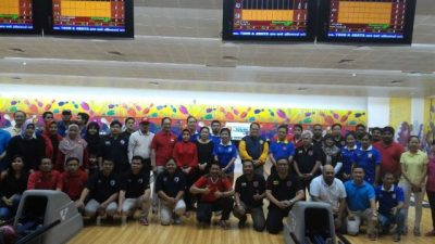 Masyarakat Indonesia di Qatar berfoto bersama dengan Dubes Basri serta pemenang lomba boling ASEAN.