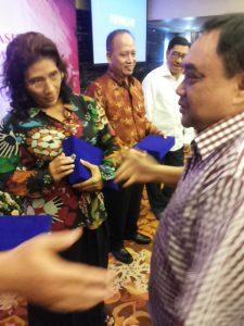Ketua PWI Pusat Margiono memberikan cideramata kepada Menteri Susi, Menristek Dikti M Nasir d an Wakil Gubernur Maluku Zrth Sahuburua. (arl)