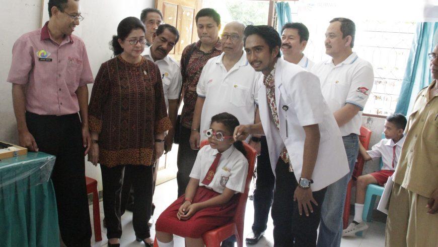 Astra Serahkan 2000 Kacamata Untuk Anak di Rote Ndao