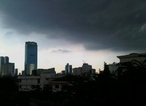 ilustrasi: Mendung di Jakarta. (foto eank)