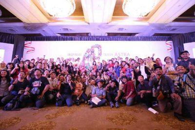 Para petinggi Astra bersama wartawan usai media gathering di Hotel Mulia, Jumat. (ist)