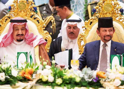 Raja Arab Saudi Salman bin Abdulaziz al-Saud (kiri) dan Raja Brunei Darusslam Sultan Hassalan Bolkiah. (Foto: arabnews.com)