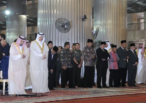 Raja Arab Saudi Salman bin Abdulaziz al-Saud (kiri) dan Presiden Joko Widodo ketika melaksanakan salat tahiyatul masjid, di Masjid Istiqlal, Jakarta. (Foto: Biro Pers Istana)