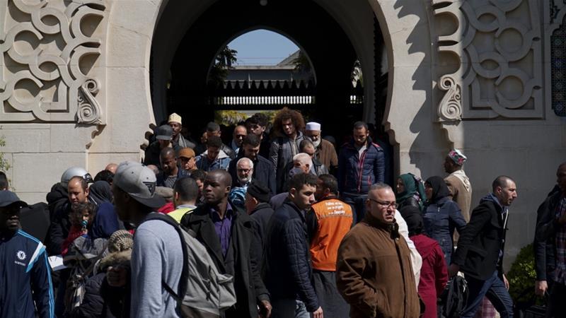 Jamaah ketika keluar dari Masjid Agung Paris setelah sholat Jumat (21/4). (Foto: Al Jazeera)