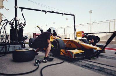 Sean Gelael bersiap di pit sebelum melaju lagi pada test resmi F2 di Bahrain, akhir minggu ini. (mr)