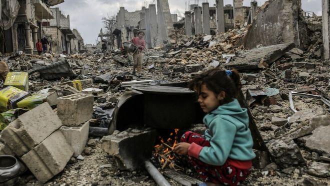 Seorang bocah perempuan berusaha berlindung agar terhindar dari serangan bom, di kota Tuscany, Suriah, (Foto Dokumen AFP)