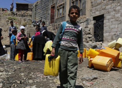 PBB mengumumkan bahwa hampir dua pertiga penduduk Yaman membutuhkan bantuan darurat. Anak-anakpun harus kerja keras membantu kebutuhan keluarga. (Foto: EPA/Al Jazeera)