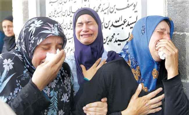 Beberapa wanita terlihat menangis saat menghadiri upacara pemakaman di Masjid Sayyida Zeinab, di pinggiran Damaskus. Para korban adalah pengungsi asal Foua dan Kiraya yang tewas ketika iring-iringan kendaraan yang mengangkut mereka dihantam bom bunuh diri. (AFP/Arab News)