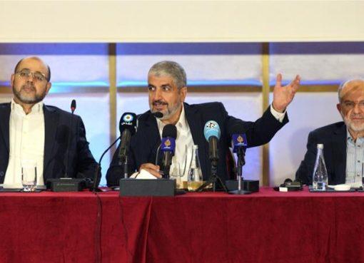 Pemimpin Hamas Khaled Meshaal (tengah) berbicara kepada wartawan di Doha. ( Foto:Reuters/Al Jazeera)