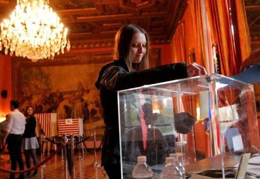 Salah seorang pemilih Prancis pada putaran pertama, April lalu.(Foto: Al Jazeera)