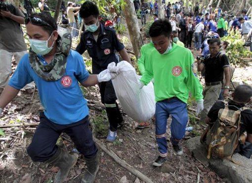 Banyak korban ditemukan di kuburan massal. Mereka adalah Muslim Rohingya, Myanmar, dari negara bagian Rakhine, yang dianiaya kelompok perdagangan manusia. Lebih dari 100 terdakwa dituduh menyelundupkan dan memperdagangkan pengungsi di perbatasan Thailand-Malaysia itu. (Foto: Reuters/Al Jazeeera)