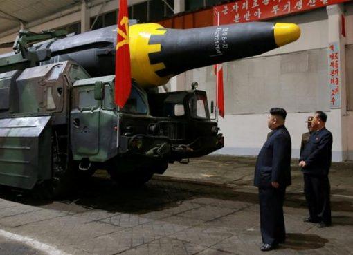 Pemimpin Korea Utara Kim Jong-un memeriksa roket strategis balistik Hwasong-12 (Mars-12). (Foto: Dokumentasi Reuters/Al Jazeera)