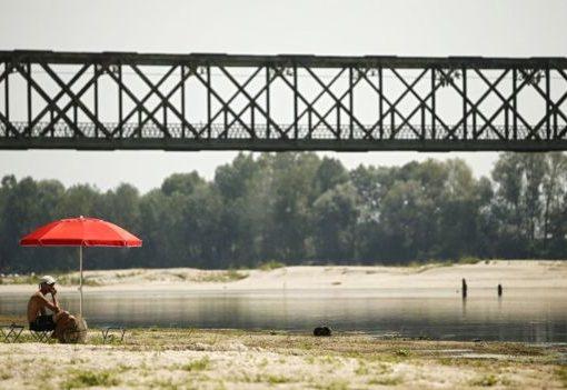 Akibat cuaca panas ekstrim membuat sebuah sungai di Pavia, Italia utara, kering kerontang. (Foto: AFP/BBC News)