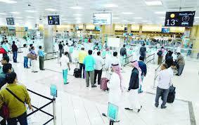 Jemaah haji ketika pemeriksaan paspor. (Foto: Dokumentasi Arab News)