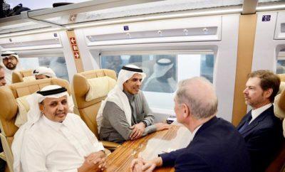 Dr. Nabil Al-Amoudi, menteri transportasi dan ketua Organisasi Kereta Api Saudi dan Saudi Railways Company (SAR), bersama rombongan berada dalam kereta cepat yang diuji coba. (Foto: SPA)