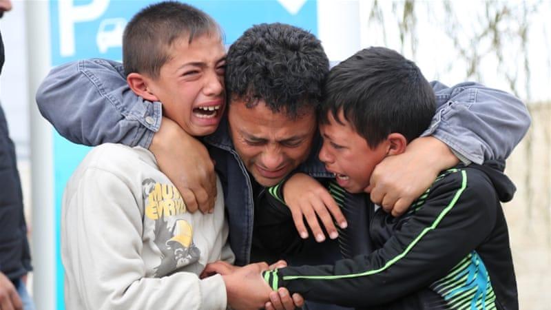 Kerabat remaja Musab al-Tamimi yang dibunuh pasukan Israel, meratapi kepergian remaja tersebut di sebuah rumah sakit Ramallah, Tepi Barat yang diduduki. (Foto: Anadolu /Al Jazeera)