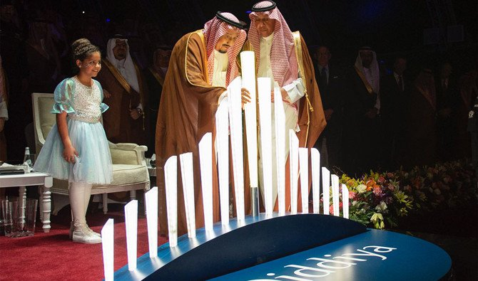 Raja Arab Saudi Salman meletakkan tiang pancang fondasi (batu pertama) di taman hiburan dan bisnis Qiddiya di dekat Riyadh, Minggu (29/4). (Foto: SPA/Arab News)