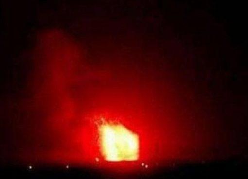 Ledakan besar dilaporkan terlihat terjadi di fasilitas militer di selatan Hama, Suriah. (Foto: Twitter / @ Dannymakkisyria/BBC News)