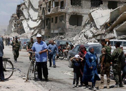Pasukan pro-pemerintah patrol di Jalan Thalateen di kamp pengungsi Palestina Yarmuk, di pinggiran selatan ibukota Damaskus, yang hancur, ketika warga sipil kembali untuk melihat rumah mereka 24 Mei 2018 lalu. Rezim merebut kamp dan daerah tetangga Tadamun dan Hajar kembali, yang berdekatan dengan al-Aswad pada awal minggu lalu dari kelompok Daesh . (Foto: AFP/Arab News)