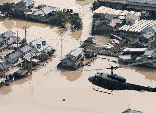 Helikopter penyelamat terbang di atas area banjir di Okayama barat daya. (Foto: Kyodo/Reuters/Al Jazeera)