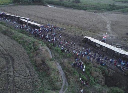 Kereta yang membawa 362 penumpang keluar dari rel di barat laut Turki karena hujan lebat dan tanah longsor. (Foto Anadolu/Al Jazeera)