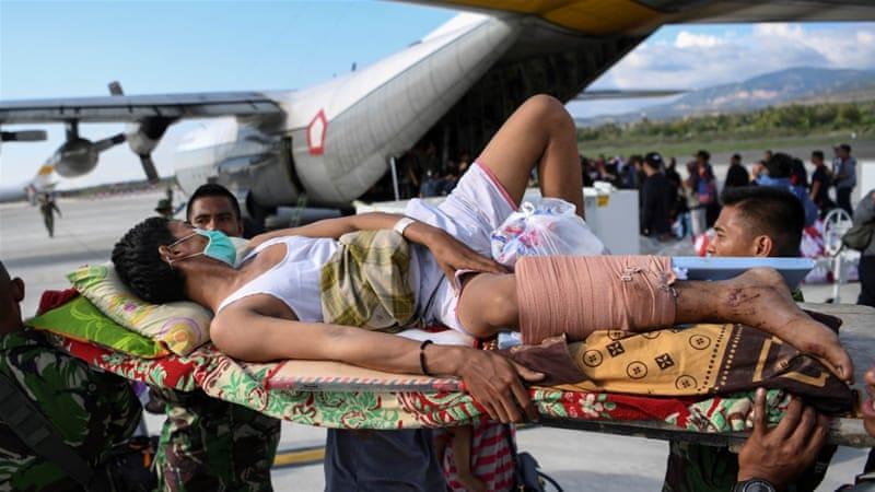 Orang-orang yang terluka akibat gempa dan tsunami menunggu untuk dievakuasi dengan pesawat angkatan udara di Palu, Sulawesi Tengah. (Foto/Antara/Reuters/Al Jazeera)